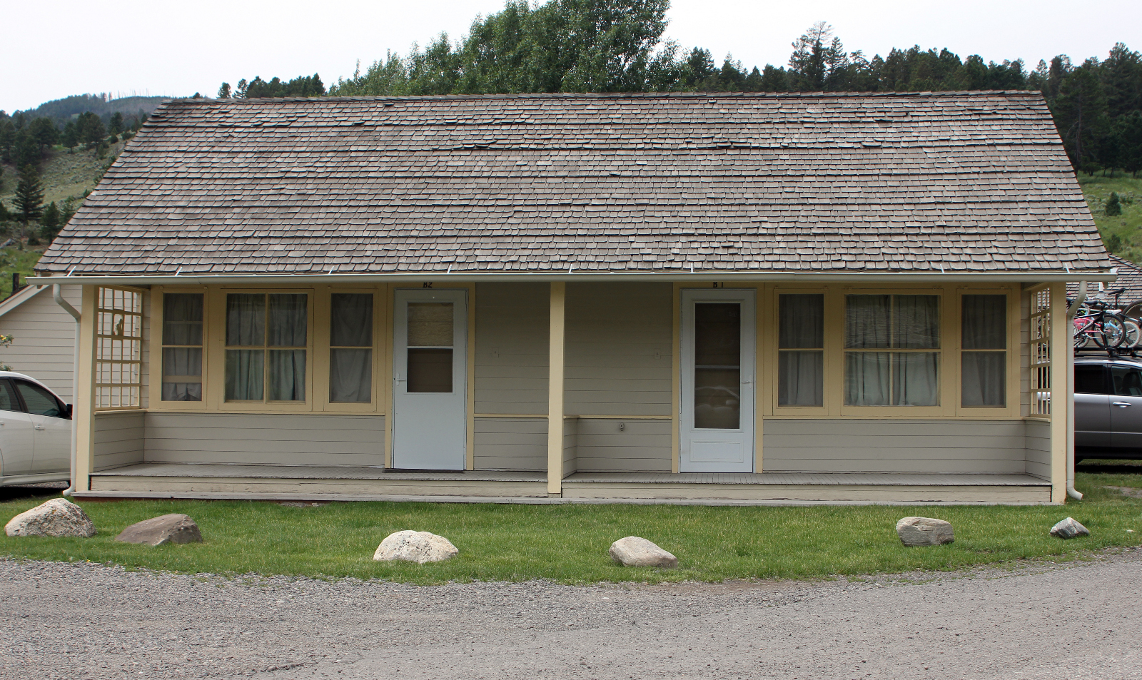 Mammoth hot springs hotel and cabins yellowstone for Mammoth hot springs hotel cabins